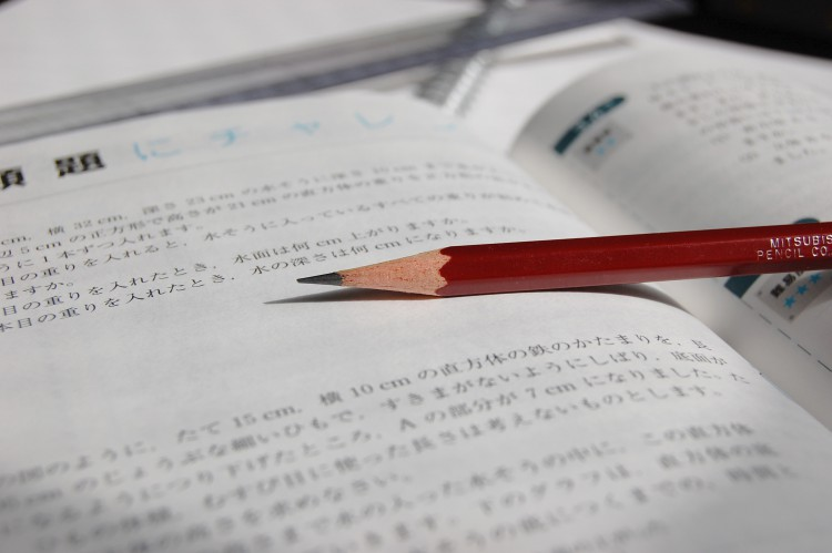 鉛筆と参考書(勉強風景)02 | フリー素材ドットコム