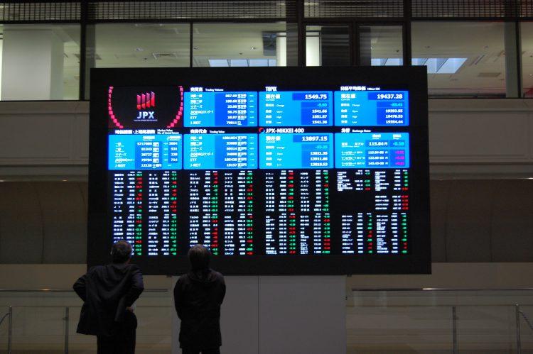 株価ボードをチェックする投資家03 フリー素材ドットコム