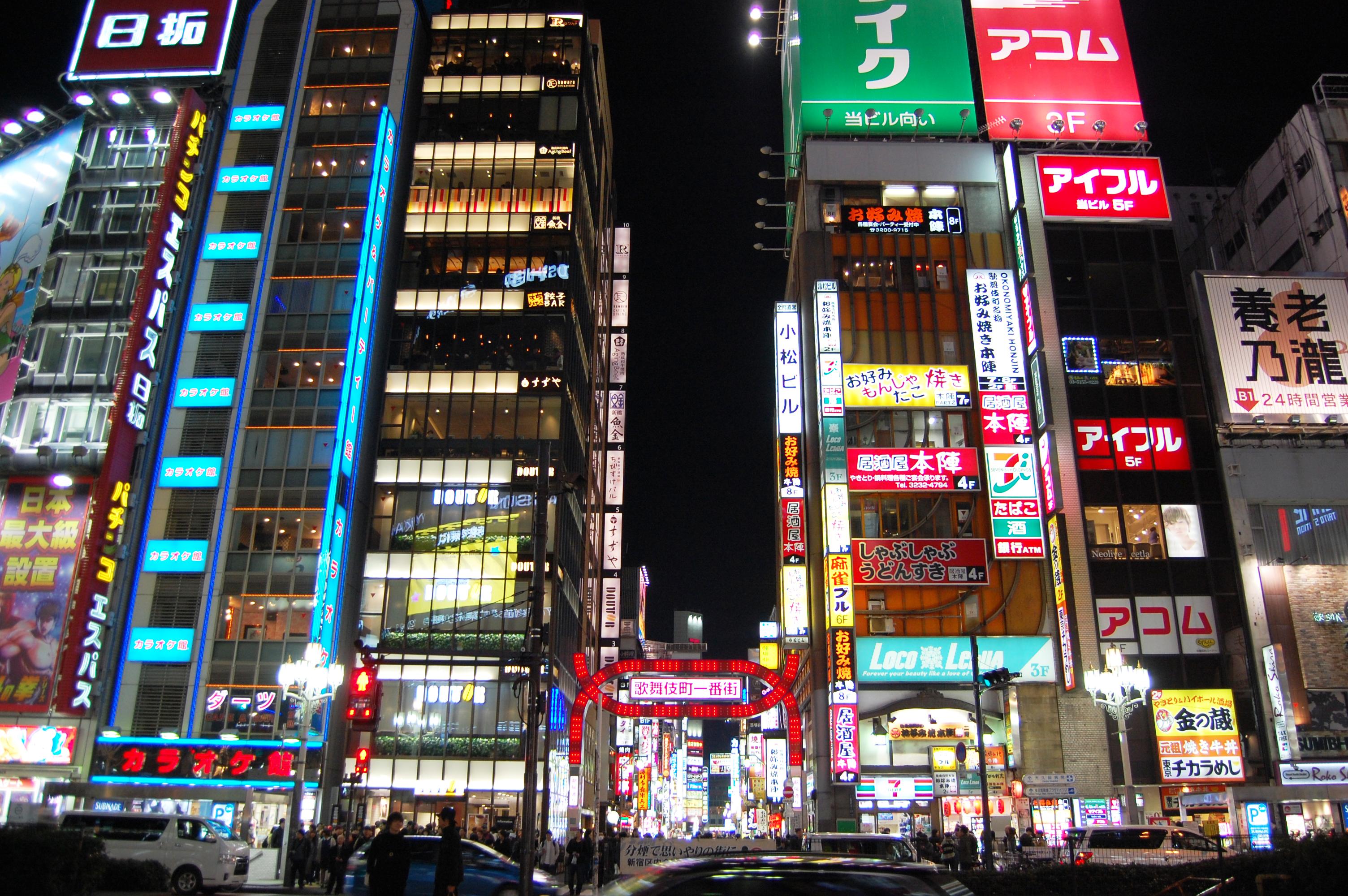 歌舞伎町一番街と周辺のビル | フリー素材ドットコム