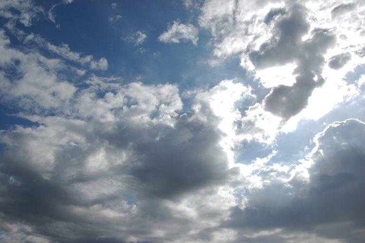 暗い雲と陽の光・曇り空 | フリー素材ドットコム