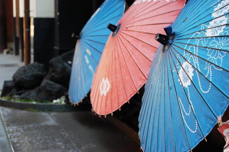 カラフルな番傘の日本の景色の壁紙